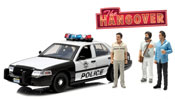 Ford Crown Victoria 2000 Police Interceptor with Phil, Stu & Alan figures (The Hangover 2009), scale 1:18 in White-Black by GreenLight Collectibles, diecast miniature scale model car.