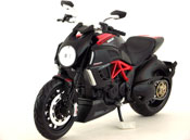 Ducati Diavel Carbon, scale 1:12 in BlackRed by Maisto, miniature diecast scale model bike